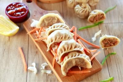 Handcrafted Chicken Schezwan Dumplings / Momos - Pack of 8 (185g)