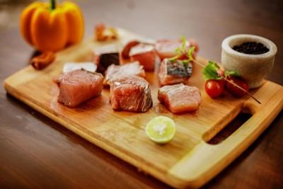 Seer Fish / King Fish / Surmai / Neymeen / Vanjaram (Large) - Curry cut (With Skin)